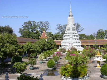 The_'Silver_Pagoda'_sits_next_to_the_Royal_Palace1