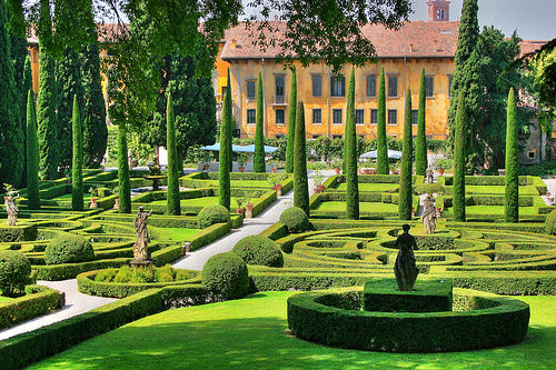 Gardens and villas of the italian lakes cruise like a vip for Gardens and villa