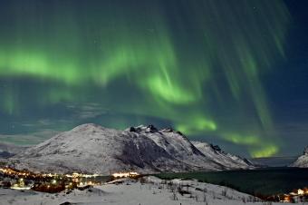 Nordlys over Ersfjorden, Kvaløya, Tromsø kommune. Desember 2004.