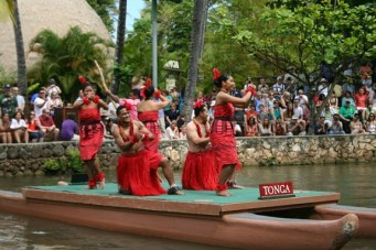 Tonga-canoe-show-at-Polynesian-Cultural-Center-in-Oahu-Kim-T-Prince1