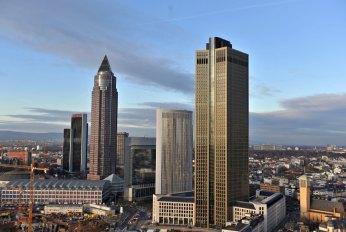 Der Tower 185 (r), aufgenommen am Mittwoch (11.01.2012) in Frankfurt am Main. Das vierthöchste Bürohaus in Deutschland, der Frankfurter Tower 185, ist bezugsfertig. Das rund 200 Meter hohe Gebäude zwischen Messe und Hauptbahnhof sei termingerecht übergeben worden, teilte Bauherr CA Immo am Mittwoch in Frankfurt mit. Foto: Emily Wabitsch dpa/lhe +++(c) dpa - Bildfunk+++